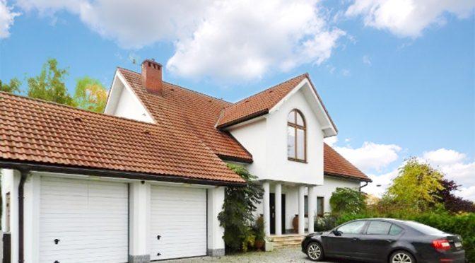 na zdjęciu front luksusowej rezydencji do sprzedaży w Żarach