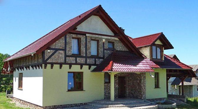 na zdjęciu front i reprezentacyjne wejście do luksusowej rezydencji w Karpaczu na sprzedaż