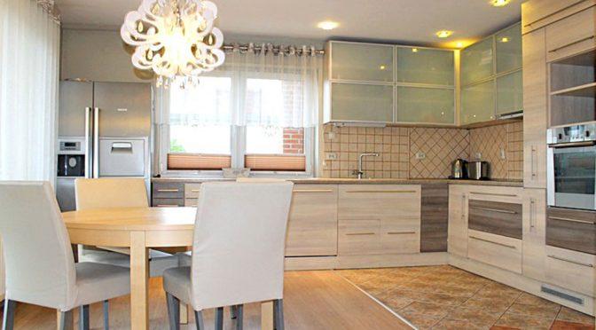 widok z salonu na aneks kuchenny w luksusowej rezydencji do sprzedaży w Tczewie