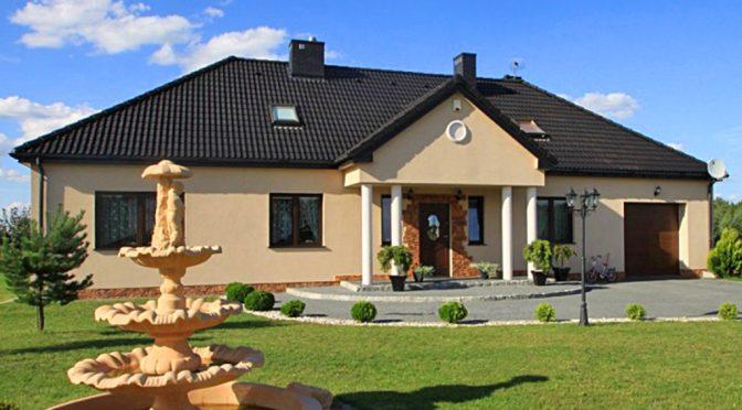 zdjęcie prezentuje front luksusowej rezydencji do sprzedaży w okolicy Łodzi