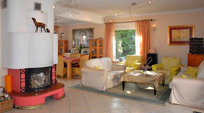zdjęcie prezentuje komfortowy salon w luksusowej rezydencji do sprzedaży w okolicy Włocławka