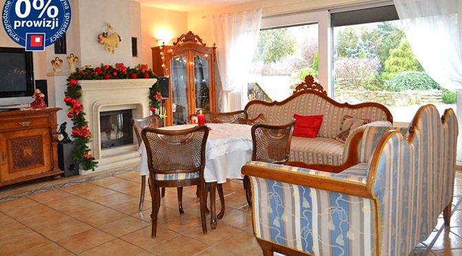 na zdjęciu salon ze stylowym kominkiem w luksusowej rezydencji do sprzedaży w Lwówku Śląskim