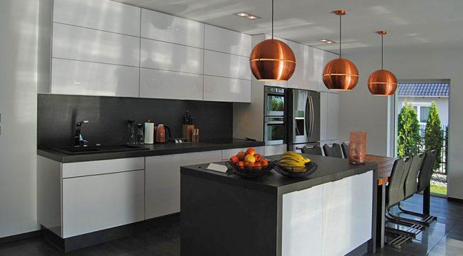 na zdjęciu nowoczesna, luksusowa kuchnia w ekskluzywnym apartamencie do sprzedaży w Zgorzelcu