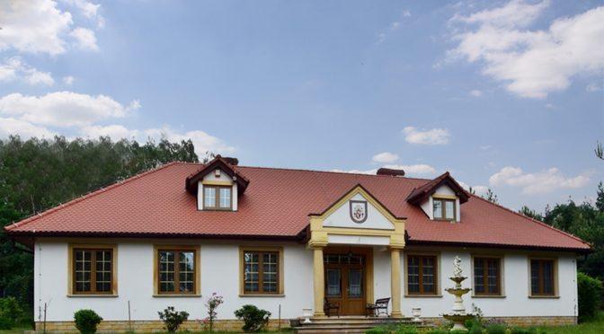 na zdjęciu front luksusowej rezydencji do sprzedaży w okolicy Bolesławca