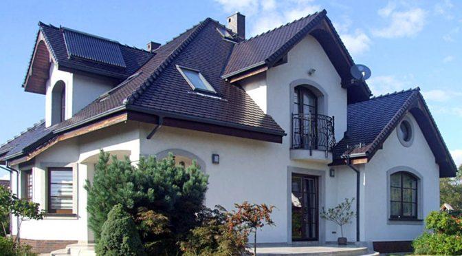 widok od strony ogrodu na luksusową rezydencję do sprzedaży w okolicy Legnicy