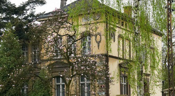 widok od strony ulicy na luksusową rezydencję do sprzedaży w okolicach Zgorzelca