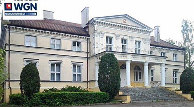 widok od frontu na reprezentacyjne wejście do luksusowej rezydencji na sprzedaż w Borach Tucholskich