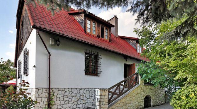 widok od strony ogrodu na ekskluzywną rezydencję do sprzedaży w Kazimierzu Dolnym