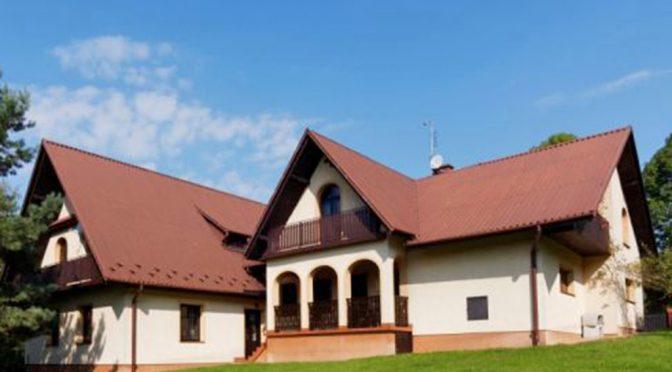 widok od strony ogrodu na ekskluzywną rezydencję do sprzedaży w okolicy Tarnowa