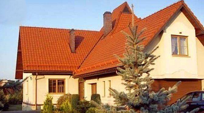 zdjęcie prezentuje widok od strony ogrodu na luksusową rezydencję do sprzedaży w Chrzanowie