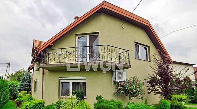 widok od strony ogrodu na luksusową rezydencję do sprzedaży w okolicy Tarnowa