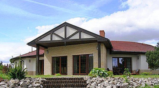 widok od strony ogrodu i tarasau na luksusową rezydencję do sprzedaży na Kaszubach