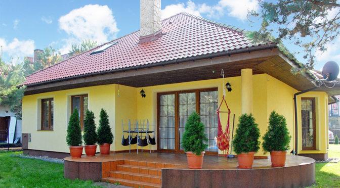 widok od strony ogrodu na ekskluzywną willę do sprzedaży w Ciechocinku