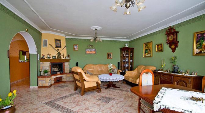 na zdjęciu salon w luksusowej rezydencji do sprzedaży w okolicach Rawicza