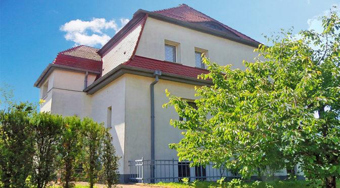 widok od strony ogrodu na ekskluzywną rezydencję do sprzedaży w okolicy Kłodzka