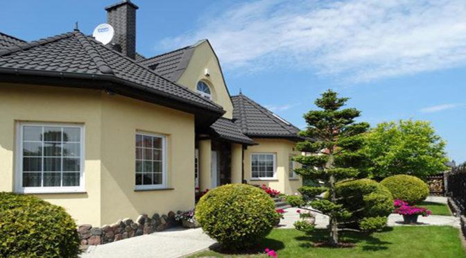 widok od strony ogrodu na luksusową rezydencję do sprzedaży w Słupsku