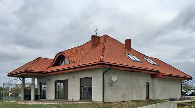widok od strony tarasu na ekskluzywną rezydencję do sprzedaży w okolicach Łodzi