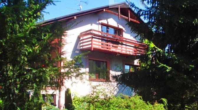 widok z boku na ekskluzywną willę do sprzedaży w okolicach Katowic