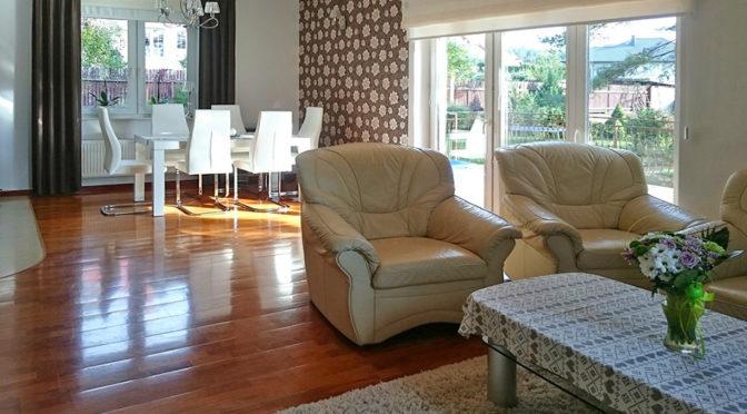 komfortowy salon w ekskluzywnej rezydencji do sprzedaży w okolicy Białegostoku