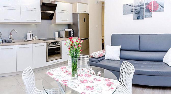 widok z salonu na aneks kuchenny w ekskluzywnym apartamencie do sprzedaży w Krakowie