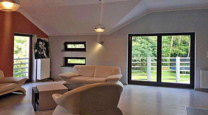 nowoczesny salon z wyjściem na taras w luksusowym apartamencie do wynajmu w Szczecinie