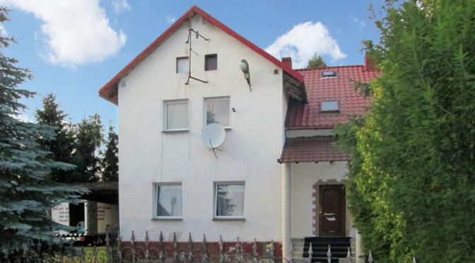 widok od strony ogrodu na ekskluzywną rezydencję do sprzedaży w okolicach Legnicy