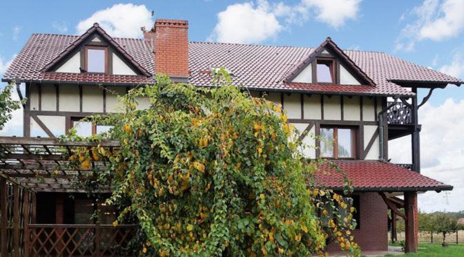 widok od strony ogrodu na ekskluzywną rezydencję do sprzedaży w okolicy Wrocławia
