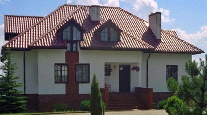 widok od strony ogrodu na ekskluzywną rezydencję do sprzedaży na Mazurach
