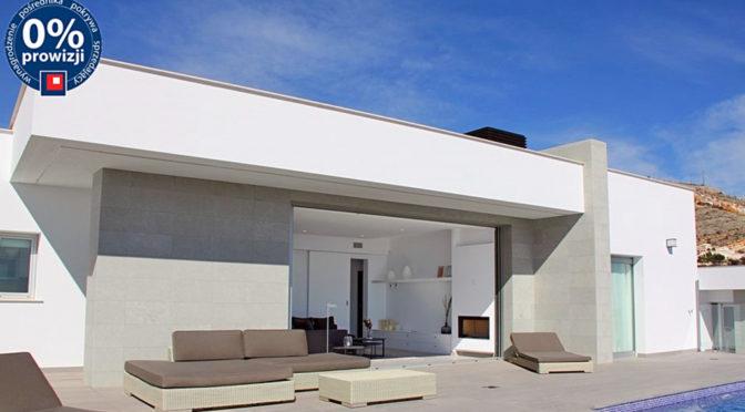 widok od strony basenu na luksusową rezydencję do sprzedaży w Hiszpanii