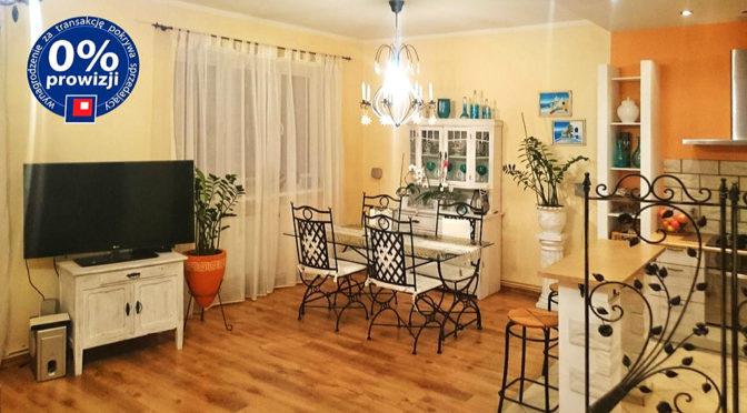 widok na salon i kuchnię w ekskluzywnym apartamencie do sprzedaży w okolicy Legnicy