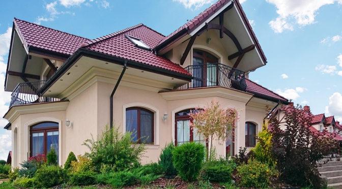 widok od strony ogrodu na luksusową rezydencję do sprzedaży na Mazurach