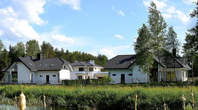 widok od strony jeziora na ekskluzywną rezydencję do sprzedaży w Białymstoku