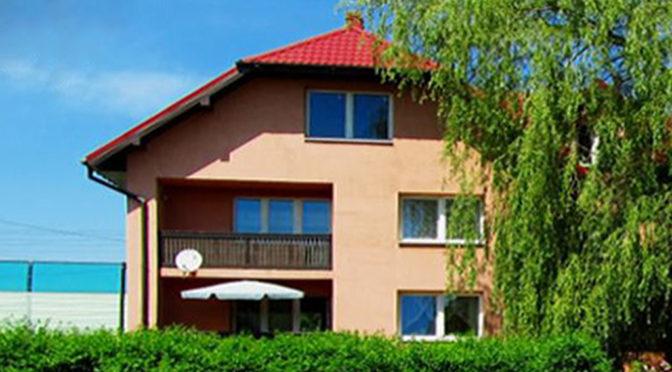 widok od strony ogrodu na luksusową rezydencję w okolicach Katowic na sprzedaż