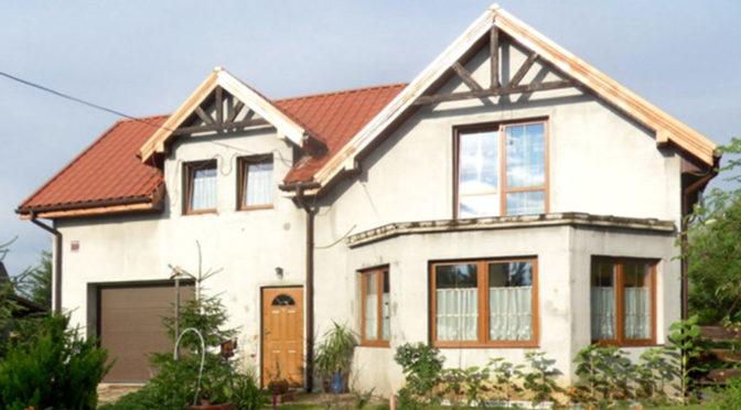 widok od strony ogrodu na luksusową rezydencję do sprzedaży w okolicy Piotrkowa Trybunalskiego