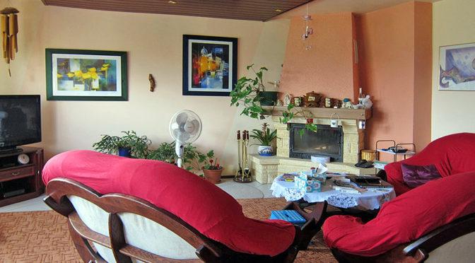 fragment salonu z kominkiem w ekskluzywnej rezydencji do sprzedaży we Wrocławiu