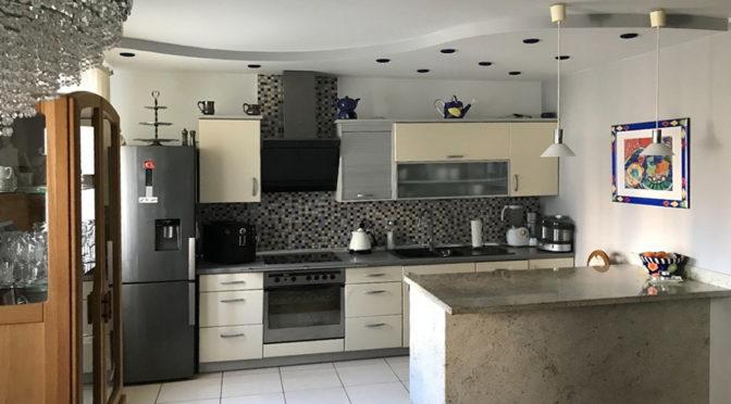 na zdjęciu aneks kuchenny w ekskluzywnym apartamencie do sprzedaży w Kaliszu