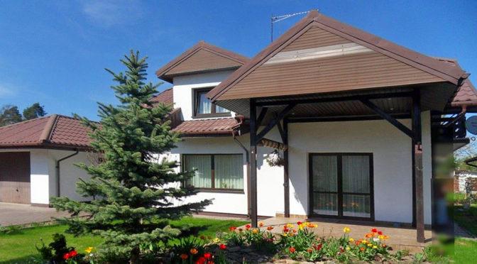 widok od strony ogrodu na ekskluzywną rezydencję do wynajmu w okolicach Piotrkowa Trybunalskiego