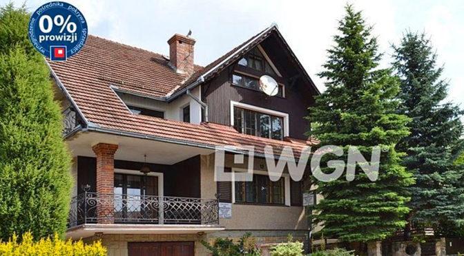 widok od strony ulicy na ekskluzywną rezydencję do sprzedaży w Bolesławcu