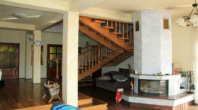 ekskluzywne wnętrze z kominkiem luksusowego apartamentu do sprzedaży w Chrzanowie