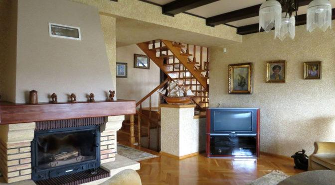 widok na kominek w ekskluzywnym salonie luksusowej rezydencji do sprzedaży w Jeleniej Górze
