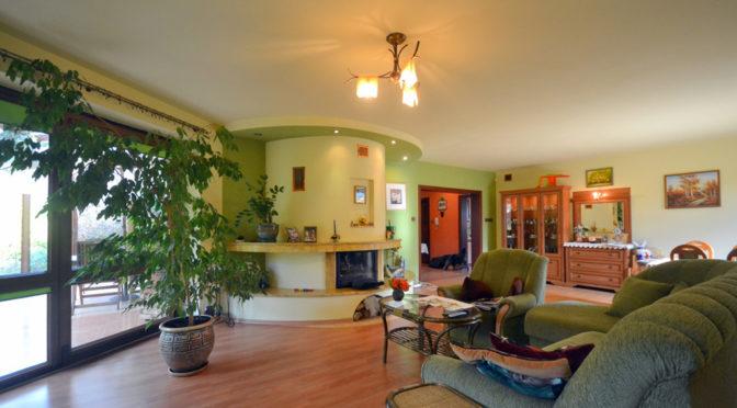 wnętrze salonu z kominkiem w luksusowej rezydencji do sprzedaży w Radomiu