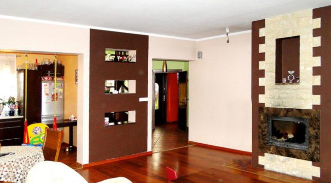 nowoczesny salon z kominkiem w luksusowej rezydencji do sprzedaży w okolicach Inowrocławia