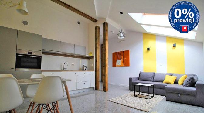 po lewej aneks kuchenny, w dali salon znajdujący się w ekskluzywnym apartamencie w Krakowie na wynajem