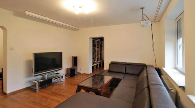 przestronne wnętrze salonu w ekskluzywnym apartamencie do sprzedaży w Krakowie