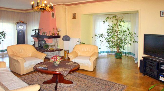 stylowy salon z kominkiem w ekskluzywnej rezydencji do sprzedaży w Sieradzu