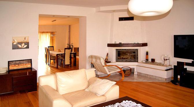 stylowy kominek w salonie luksusowego apartamentu do sprzedaży w okolicach Inowrocławia