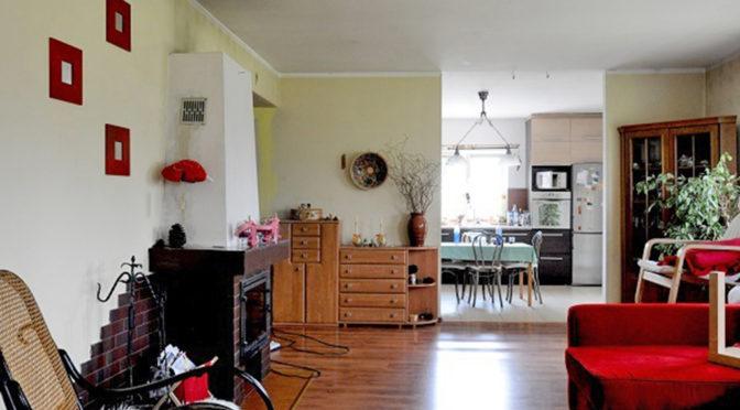stylowy salon z kominkiem w ekskluzywnej rezydencji do sprzedaży w okolicach Krakowa