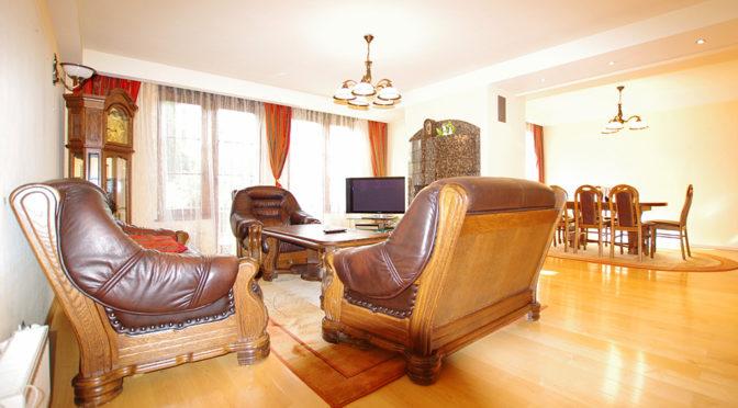 klasyczny salon w ekskluzywnej rezydencji do sprzedaży w okolicy Legnicy