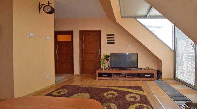 komfortowy salon w ekskluzywnym apartamencie do sprzedaży w Białymstoku