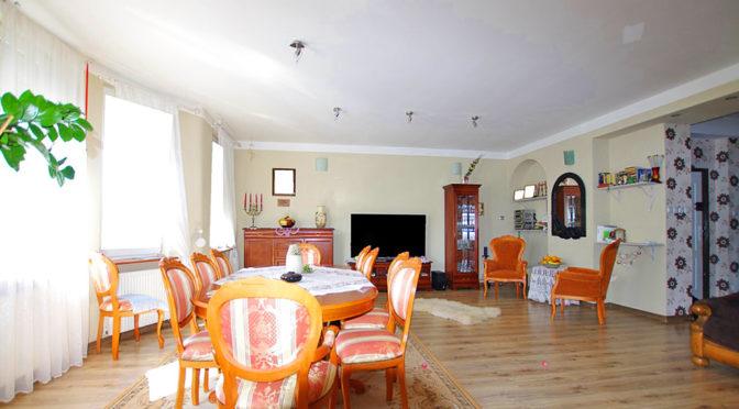 przestronny salon w komfortowym apartamencie do sprzedaży w okolicach Legnicy